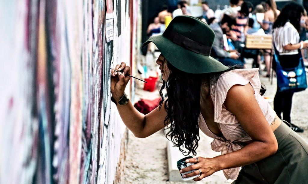 kreativ entreprenör målar