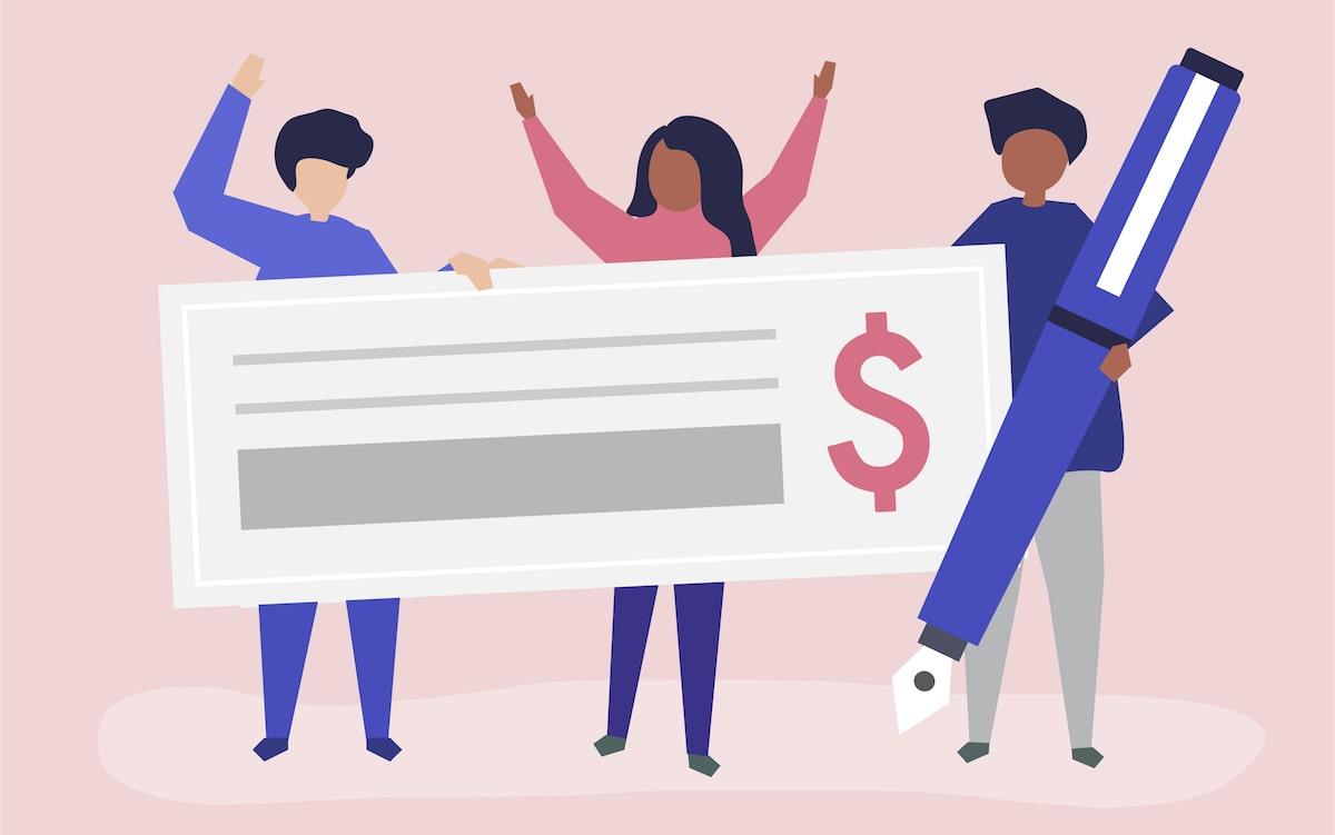 tre personer håller i lönecheck