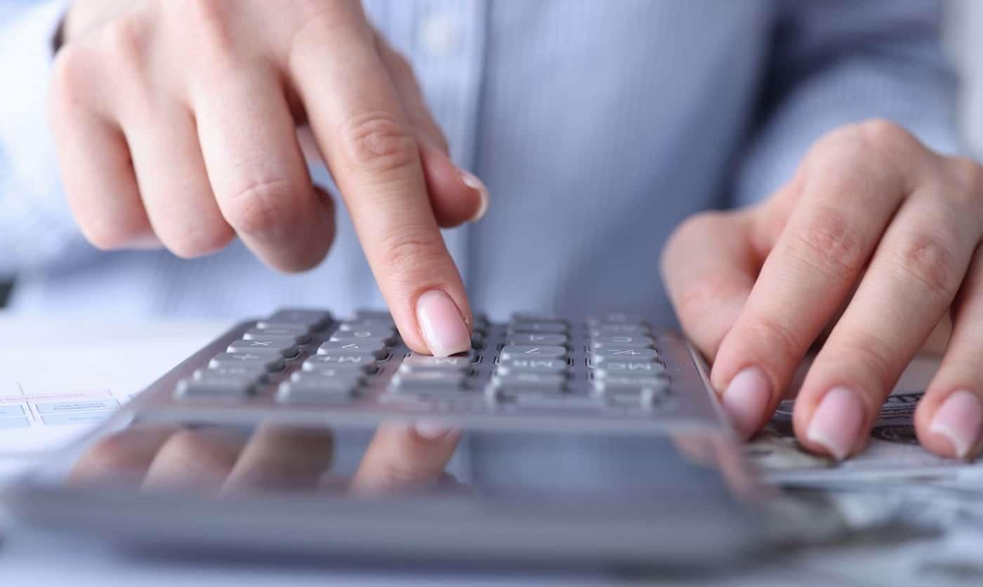 kvinna räknar ut belopp och procent för 2021