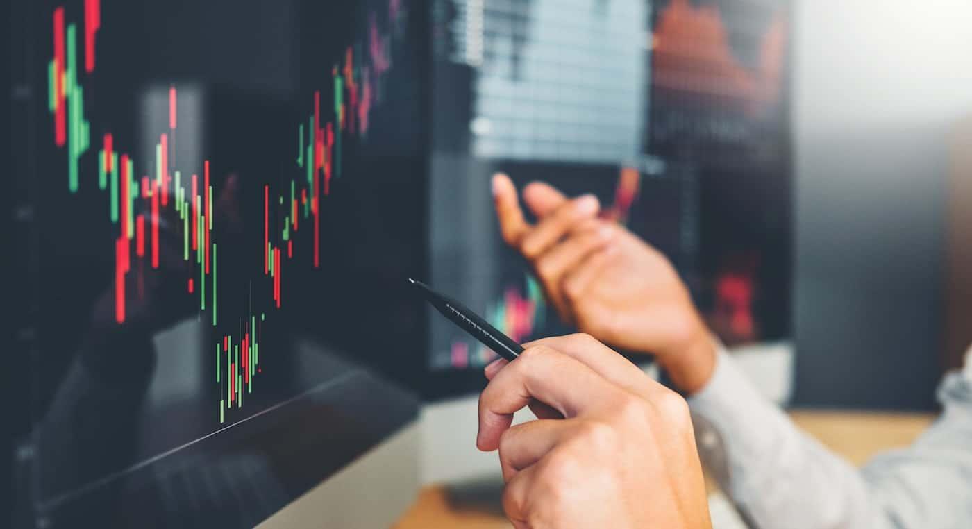 två personer analyserar börsen