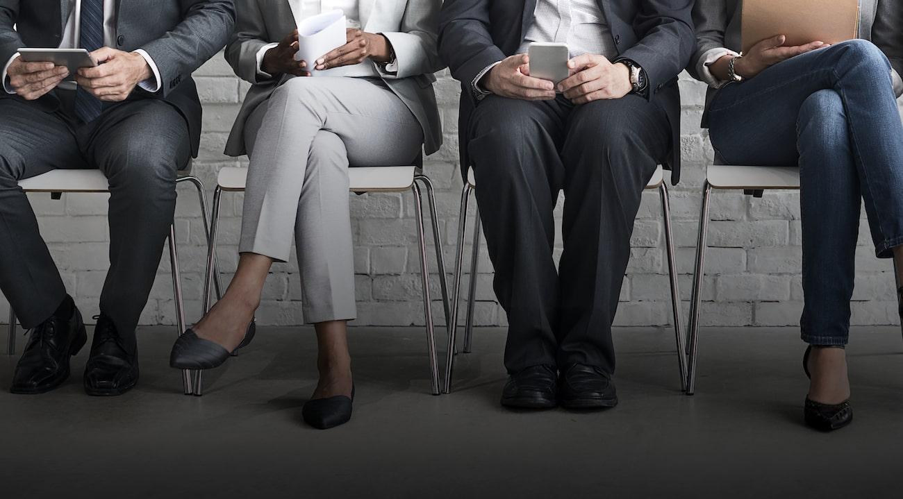 personer väntar på anställningsintervju