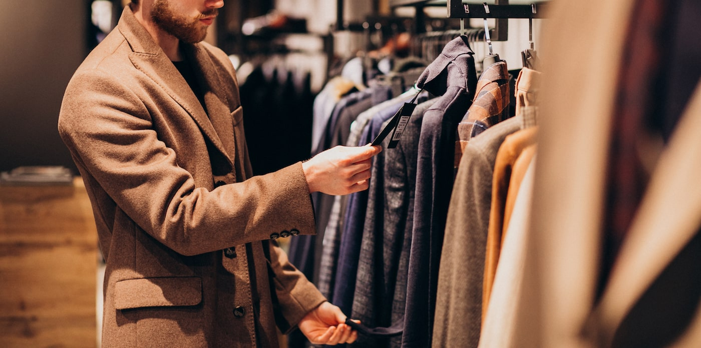 man handlar kläder i detaljhandel