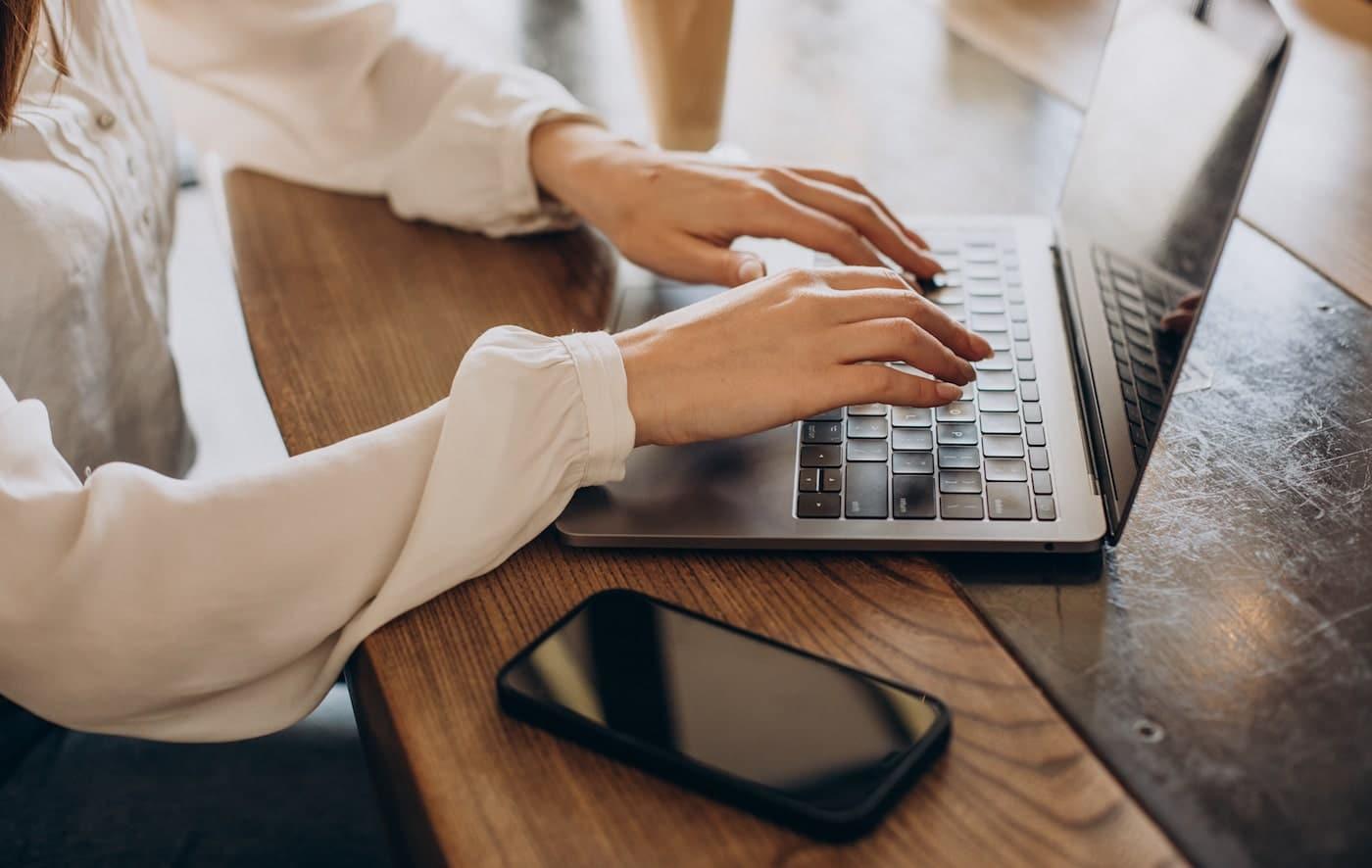 frilansare arbetar laptop och fakturerar utan företag